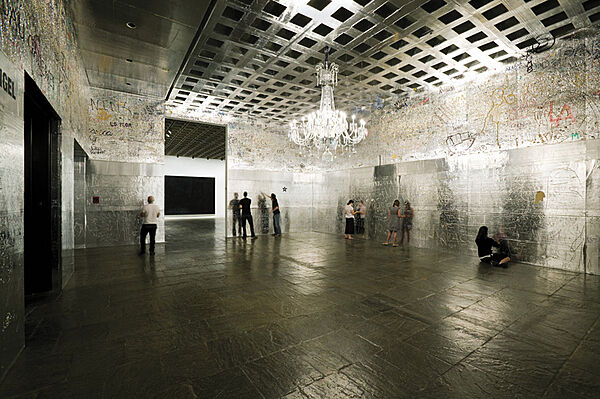 People gather at the walls in a gallery.